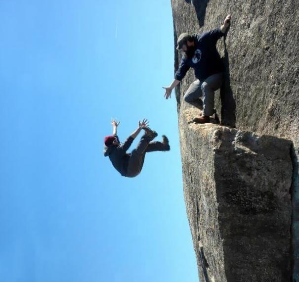 崖から落下する男性